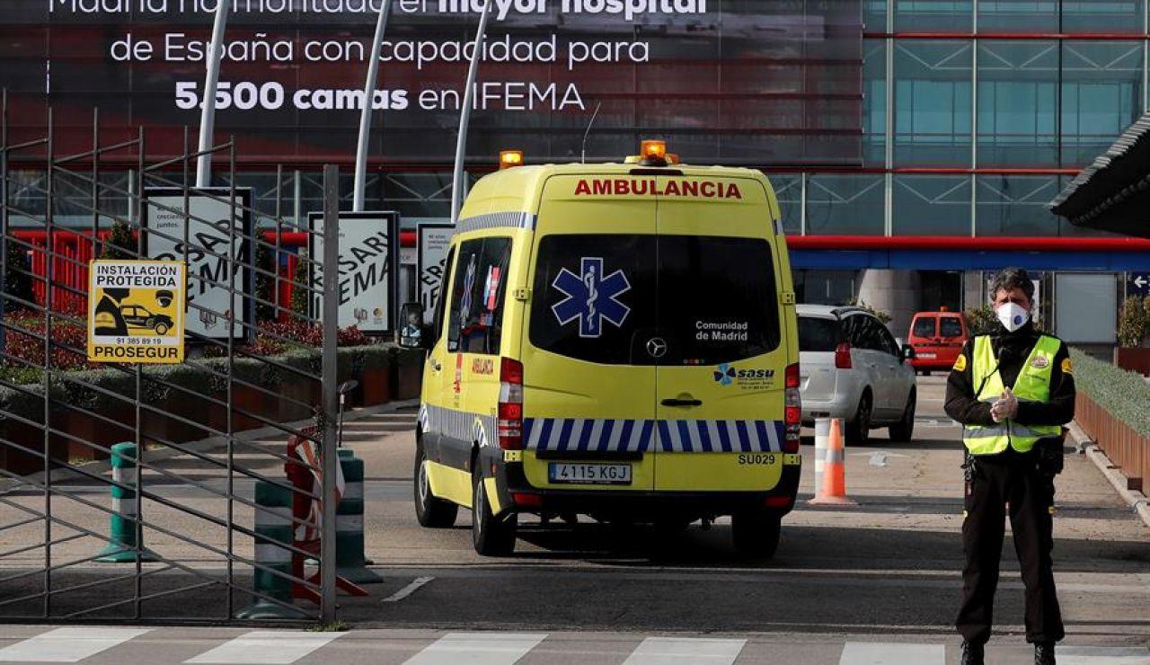 Una ambulancia llega al Hospital de IFEMA, en Madrid