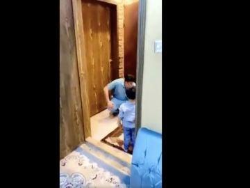 El médico llorando tras negarle un abrazo a su hijo
