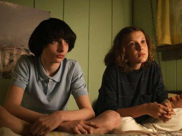 Finn Wolfhard y Millie Bobby Brown en 'Stranger Things'