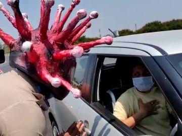 Un policía con un casco de coronavirus