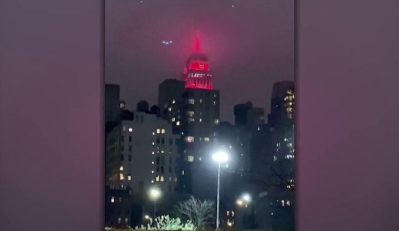 El Empire State de Nueva York se ilumina para homenajear a los sanitarios que luchan contra el coronavirus