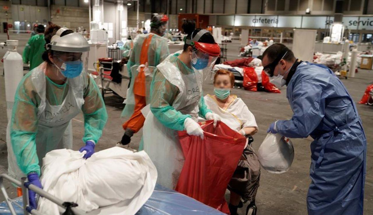 Personal sanitario atendiendo en IFEMA