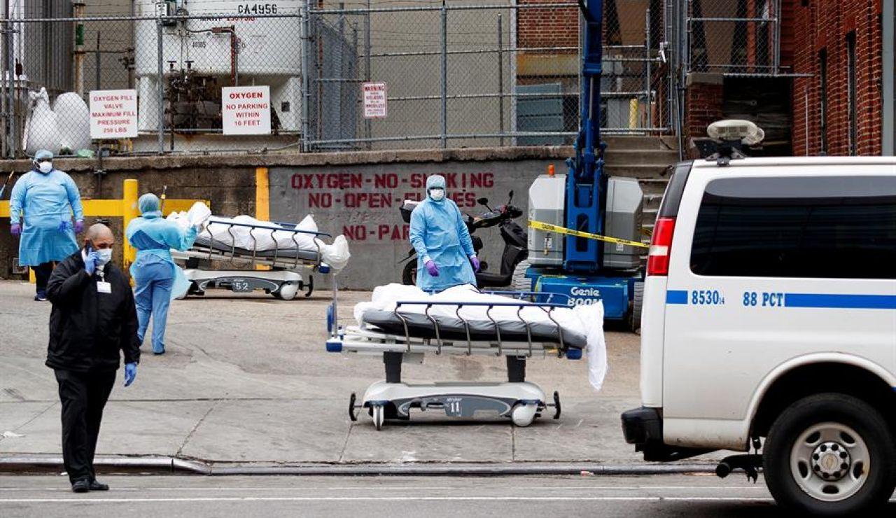 Varias camillas con víctimas esperan en la calle para su traslado a la morgue móvil