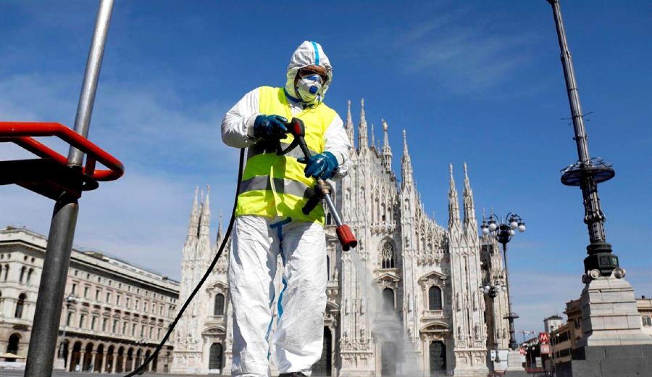 Imagen de una persona limpiando las calles en Italia con una mascarilla