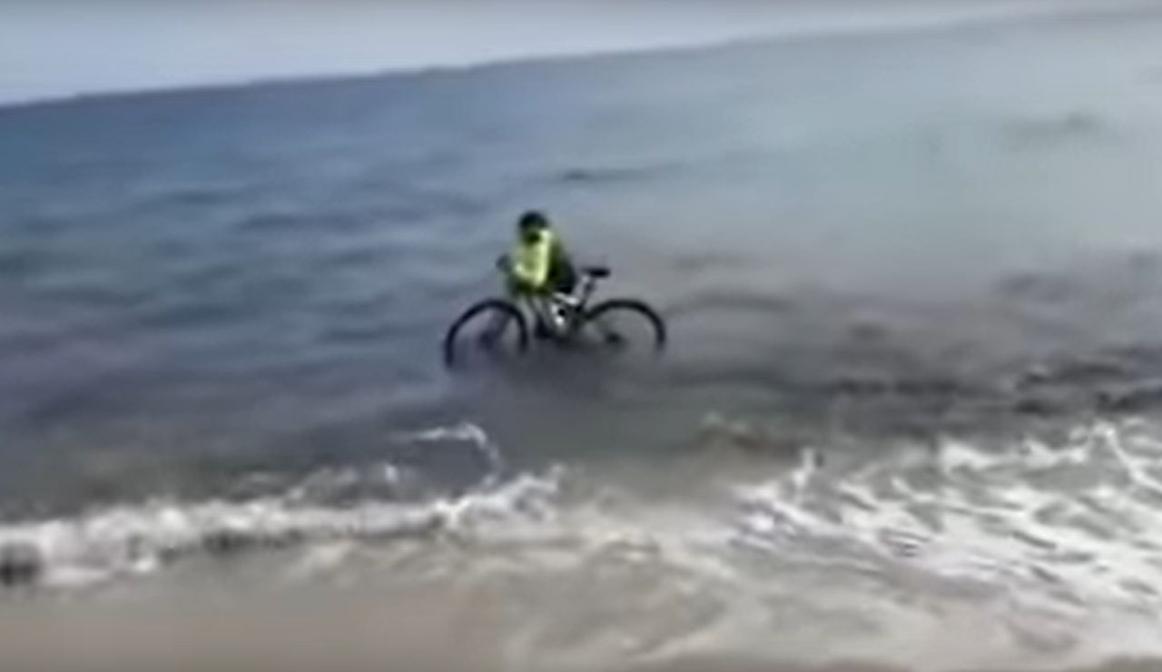 Un ciclista se mete al mar en Italia para no ser multado