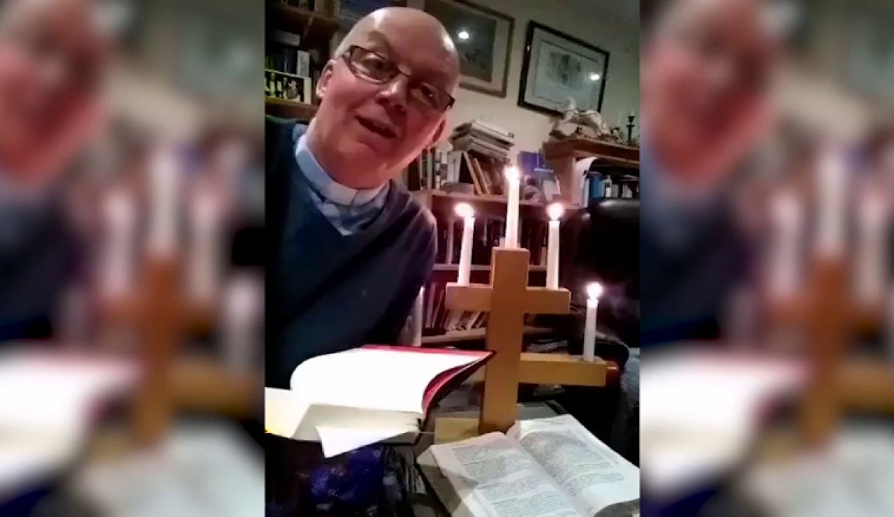 VÍDEO: Un párroco se prende fuego durante una misa online
