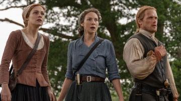 Sophie Skelton (Brianna), Caitriona Balfe (Claire) y Sam Heughan (Jamie Fraser) en 'Outlander'