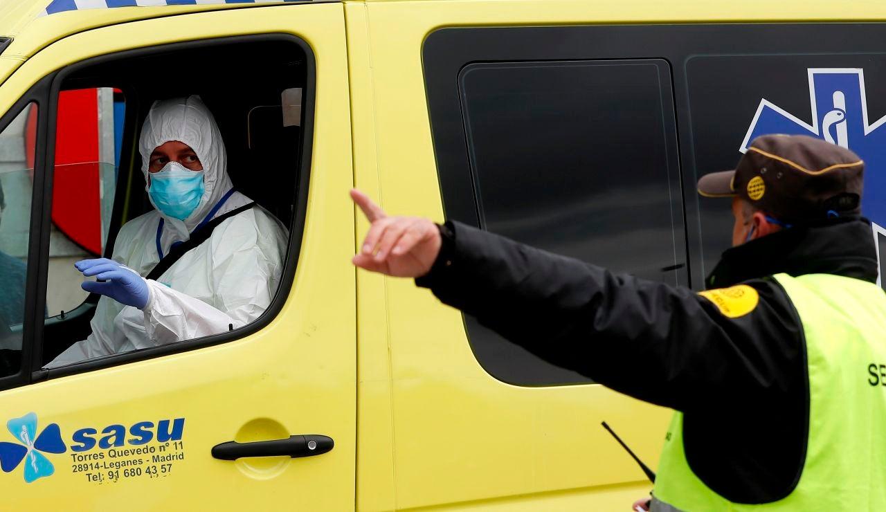 Una ambulancia accede al recinto ferial de Ifema en Madrid