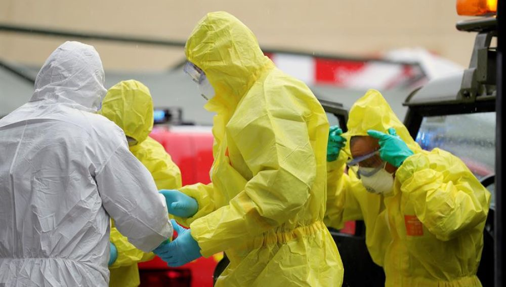 Personal sanitario con trajes de protección en el Hospital Gregorio Marañón