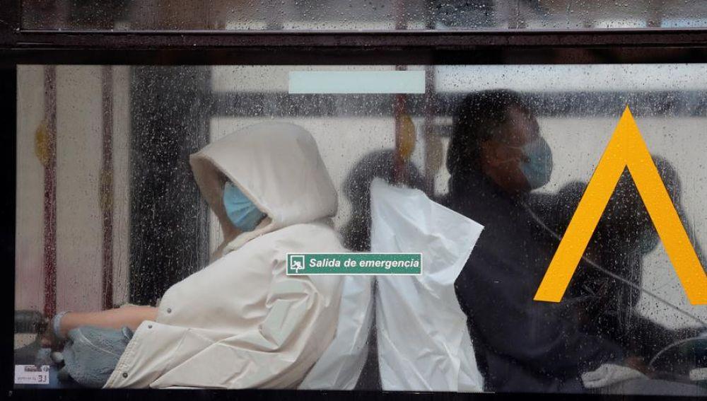 Un paciente es trasladado en autobús al Gregorio Marañón.