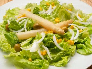 Ensalada de lechuga, espárragos y aceitunas