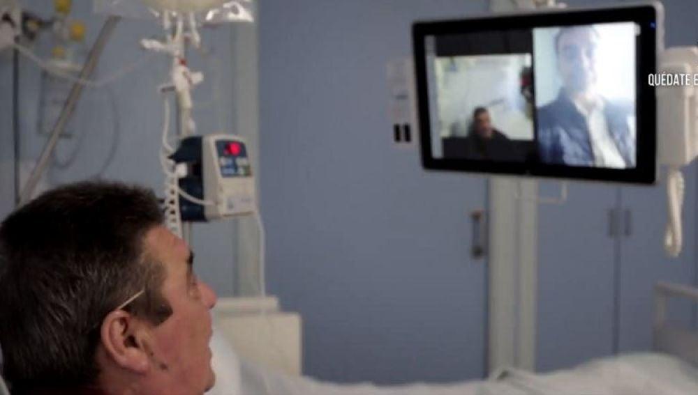 Pacientes de coronavirus hablan por videoconferencia con familiares