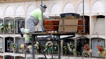 Un operario del cementerio de Santa Margarida de Montbui (Barcelona)