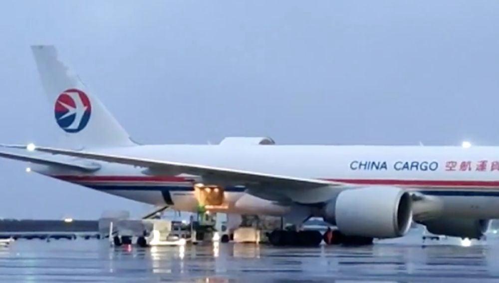 Aterriza un avión en Zaragoza con material sanitario
