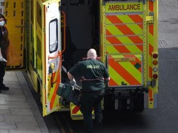 Imagen de una ambulancia con sanitarios en Reino Unido