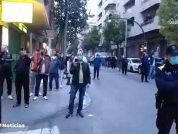Celebran un rezo musulmán en una calle de El Vendrell, Tarragona, pese al estado de alarma por coronavirus