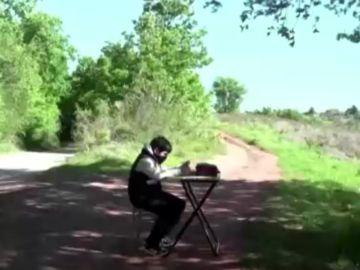 Un niño recorre varios kilómetros cada día para poder acceder a sus clases online