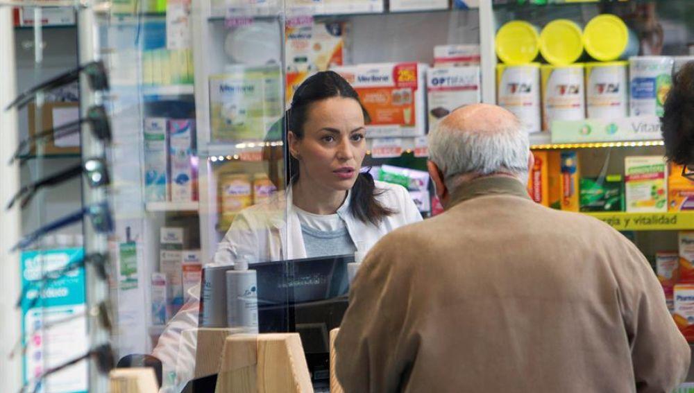 Un anciano acude a comprar a una farmacia