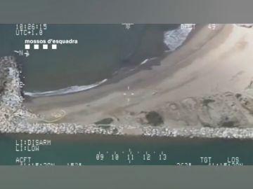 Los Mossos denuncian a tres personas que tomaban el sol en una playa de Sitges en pleno confinamiento por coronavirus