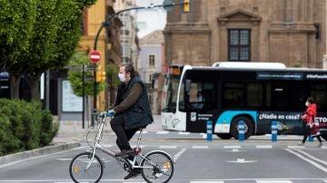 Imagen de una persona en una bicicleta en Málaga