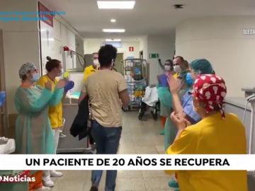 Aplausos para celebrar el alta del paciente más joven que ha pasado por la UCI en España por coronavirus
