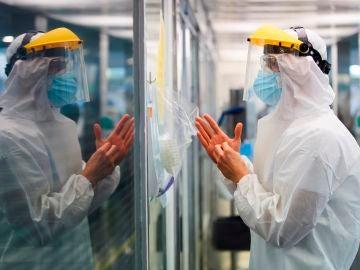 Un sanitario protegido con el Equipo de Protección Individual (EPI) en un hospital