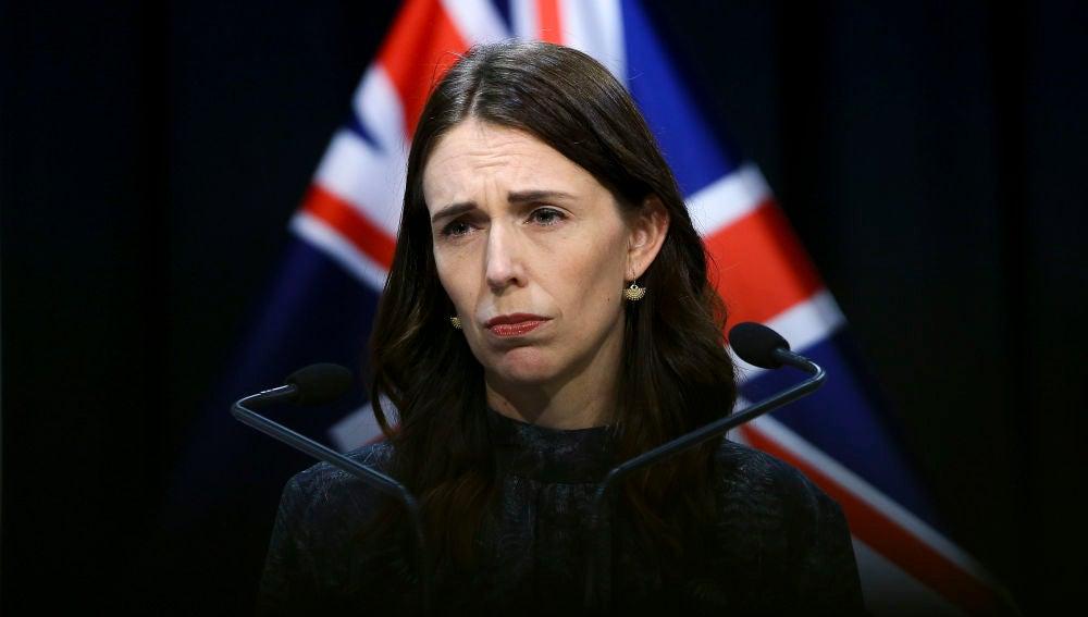 La primera ministra de Nueva Zelanda, Jacinda Ardern, atiende a los medios