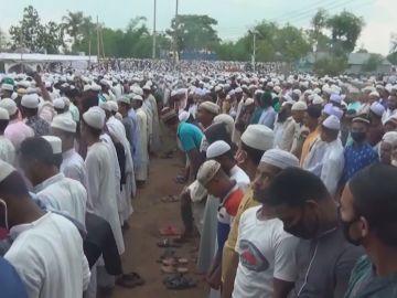 Miles de personas en un funeral en Bangladesh