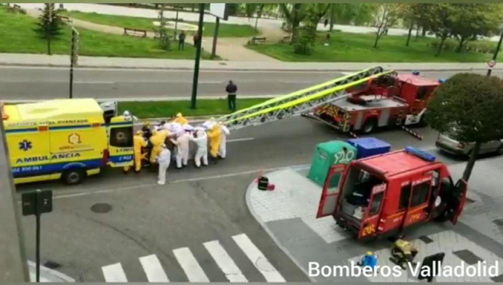 Evacúan por la ventana a una mujer en Valladolid, posible caso de coronavirus