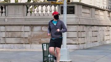 Un hombre hace deporte en la calle con mascarilla