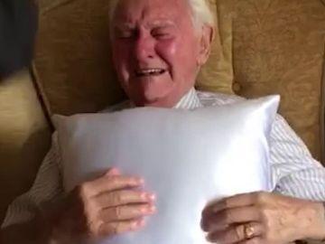 Regalan un cojín a un abuelo
