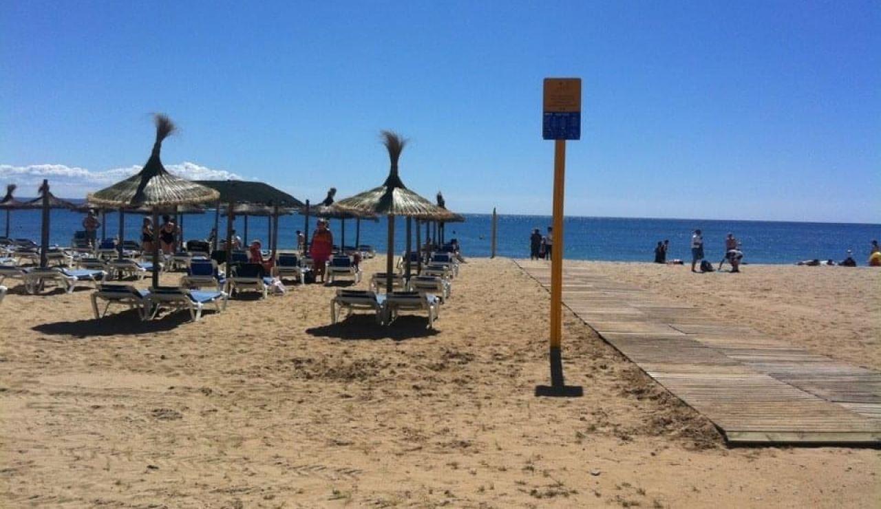 Algunos turistas tomando el sol en la playa de Magaluf.