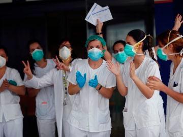 Un grupo de sanitarios de Urgencias del Hospital Universitario Central de Asturias (HUCA) agradecen este lunes las muestras de reconocimiento diario a su labor, en Oviedo