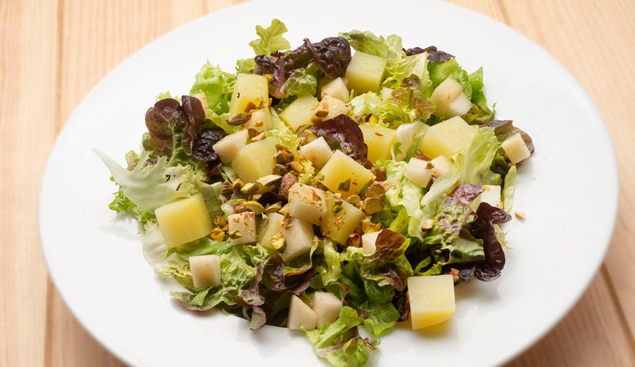 Ensalada de patata, pera y pistachos