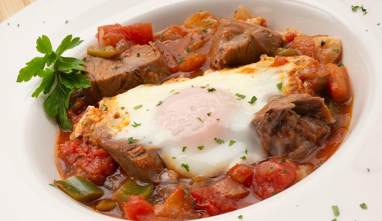 Receta de carne cocida con fritada y huevos al plato