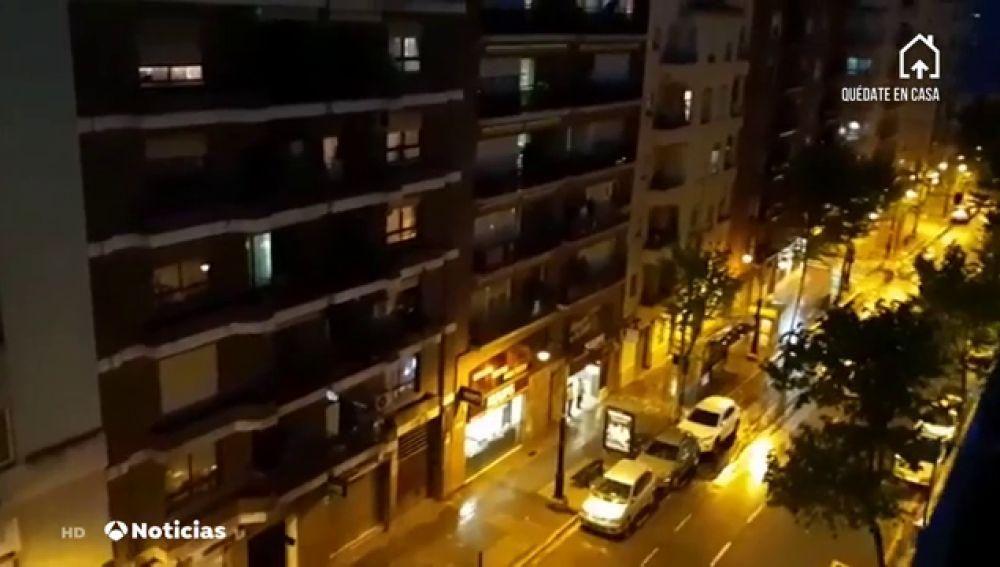 Alcoy canta desde los balcones el himno de los Moros y Cristianos como homenaje tras su suspensión
