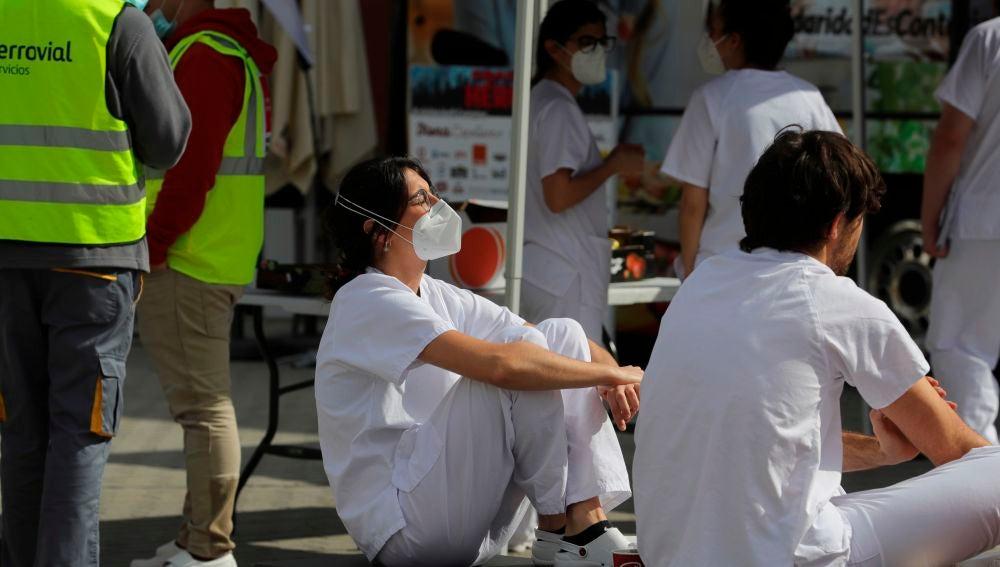 Trabajadores sanitarios se toman un descanso en el hospital temporal de Ifema