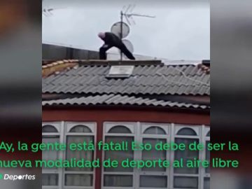 Un hombre se sube al tejado de una vivienda en Ferrol para hacer ejercicio durante el confinamiento por el coronavirus