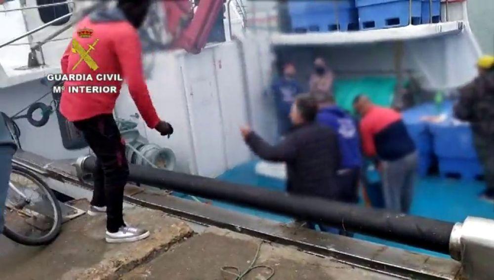 Un grupo de 14 personas montan una barbacoa en un pesquero de Huelva durante el confinamiento por coronavirus