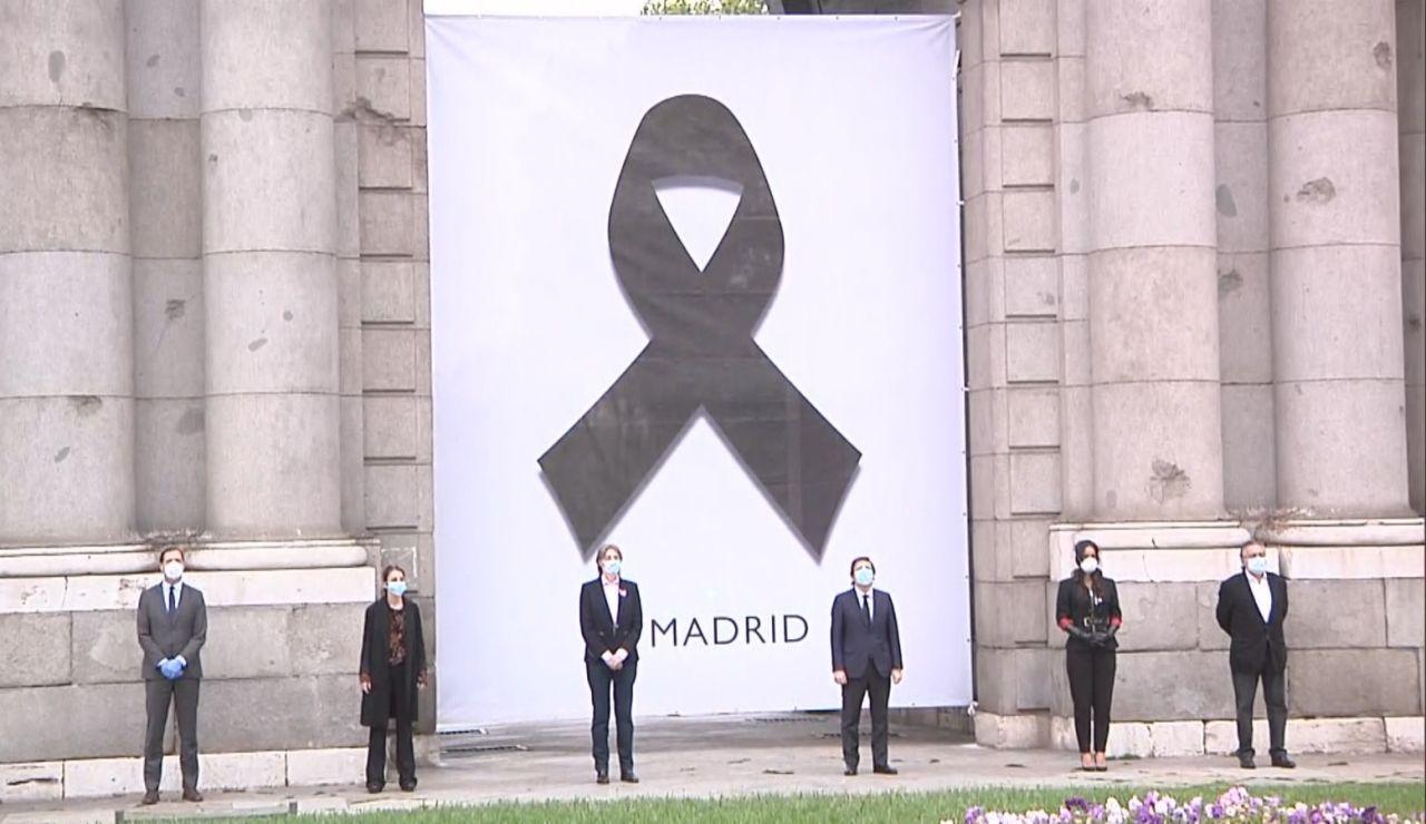Homenaje a las víctimas de coronavirus en la Puerta de Alcalá