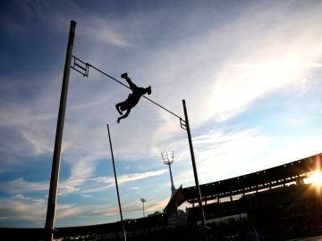 Un saltador de pértiga en pleno salto
