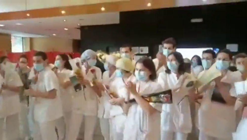 Libros y rosas para pacientes de coronavirus y sanitarios de los hoteles medicalizados de Barcelona por Sant Jordi