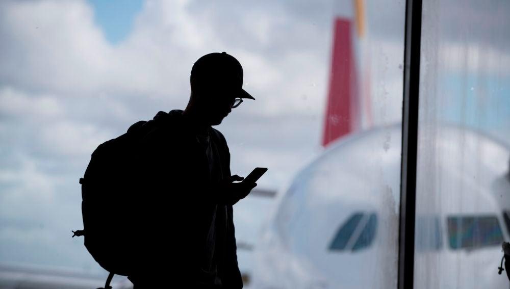 Un hombre en un aeropuerto