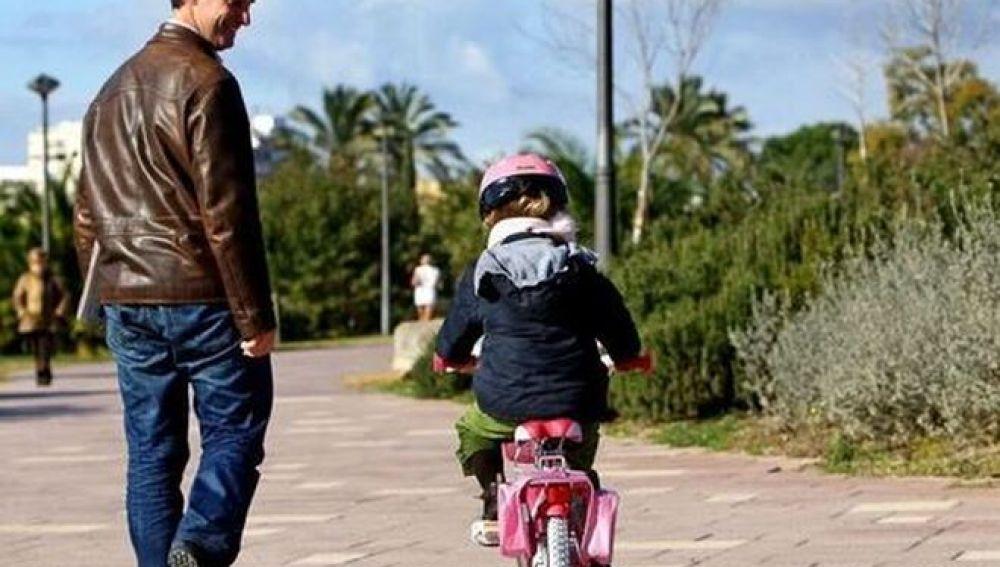 Una niña junto a su padre