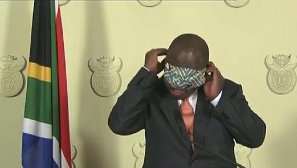 Cyril Ramaphosa, presidente de Sudáfrica, liándose con una mascarilla