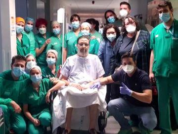 Julio, el paciente de coronavirus que más tiempo ha estado en la UCI, recibe el alta tras 57 días