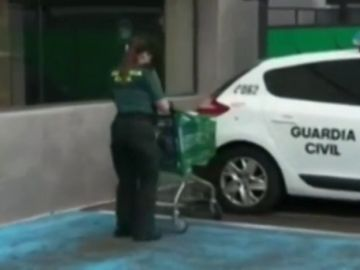Una agente de la Guardia Civil hace la compra a una señora confinada por el coronavirus en Fuerteventura