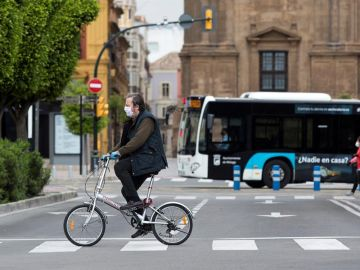 Un ciclista en Málaga durante el estado de alarma