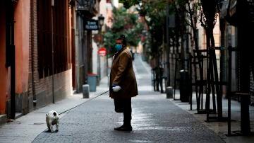Una mujer pasea a su perro durante la pandemia de coronavirus