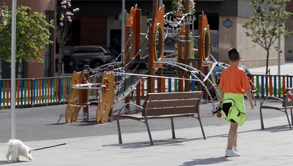 Coronavirus Madrid: Imagen de un niño paseando a su perro